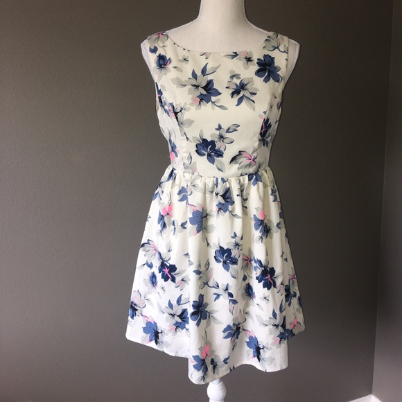 En Creme Dresses & Skirts - En Creme floral dress Sz S NWOT